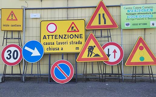 cartelli stradali, reti per cantieri, lavori in corso
